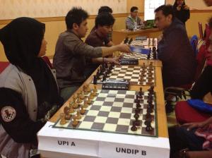 Turnamen Catur ITS 2014 terlihat Universitas Pendidikan Indonesia (UPI) vs Universitas Diponegoro