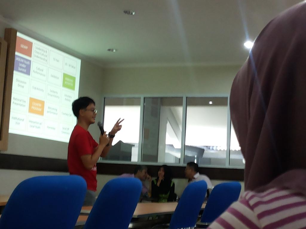 Khaleed Hadi Pranowo, S.E. sedang memberikan materi tentang program Pertukaran Pemuda Antar Negara (PPAN) 2014 di Lembaga Pengembangan dan Penjaminan Mutu Pendidikan (LP2MP) Universitas Diponegoro, Jumat (14/3). (Ririn/Manunggal)