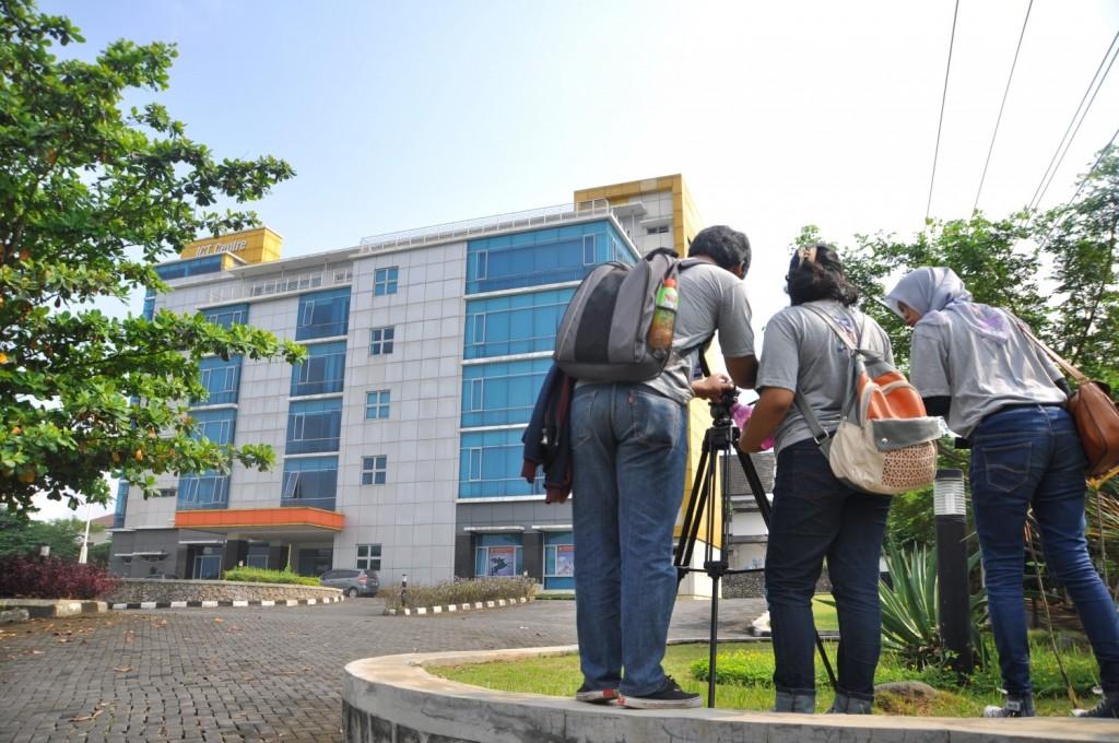 Peserta Workshop Trans 7 mengambil foto Gedung ICT Undip untuk tugas peliputan, Sabtu (11/4). (Dok. Istimewa)