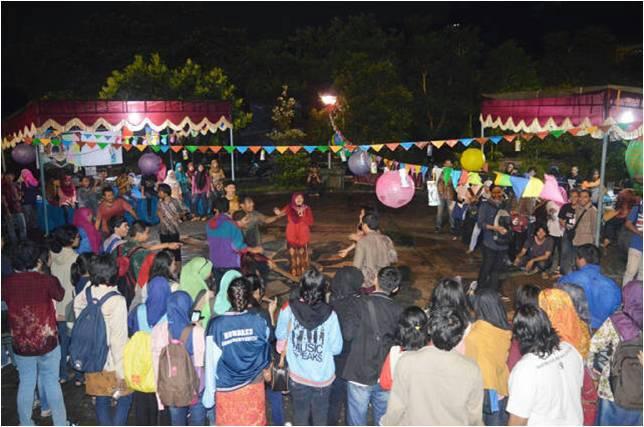 Usai diguyur hujan, Kartini Festival 2015 yang diselenggarakan pada Kamis (23/4) untuk memperingati Hari Kartini di FIB kembali berlangsung meriah. (Nina/Manunggal)