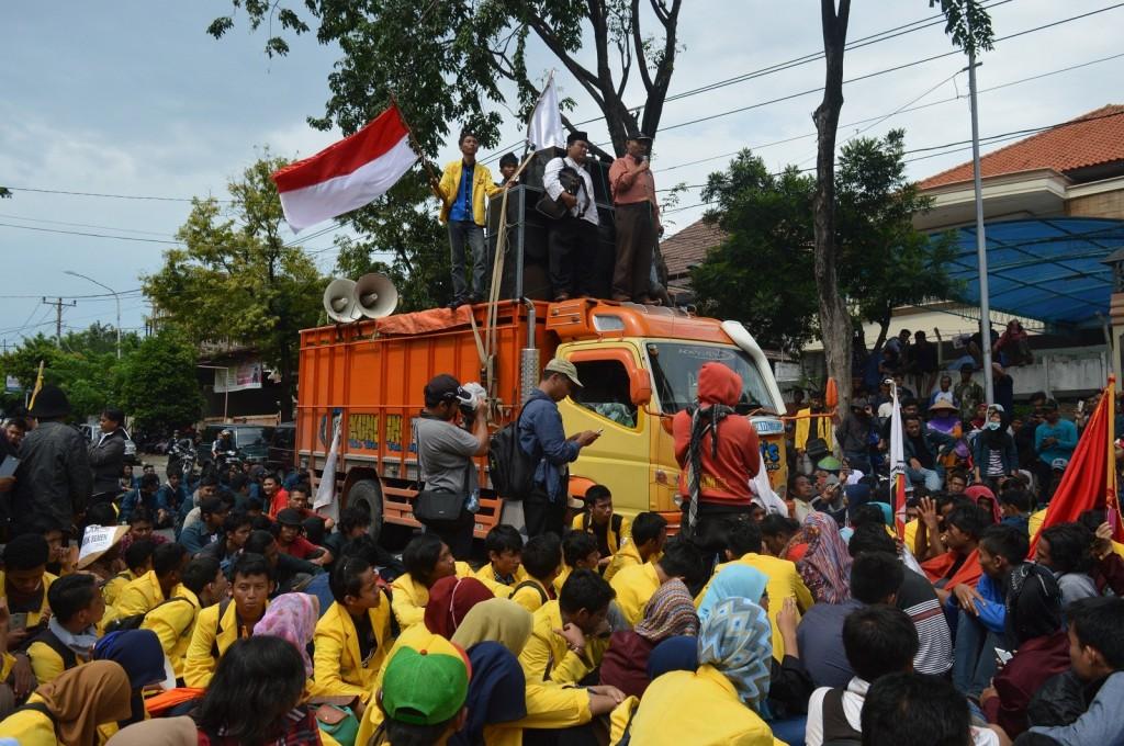 Bambang Widjojanto memberikan orasi di atas truk milik pihak yang menolak pembangunan PT Semen Indonesia, Kamis (16/4). (Nina/Manunggal)