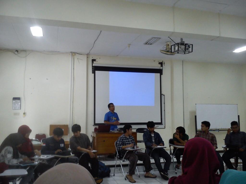 Kepala Divisi Kajian Strategis,BEM Undip Samuel Bona Tua memberikan paparan terkait pembangunan PT Semen Indonesia, pada Senin (13/4) di Ruang 101 Fakultas Psikologi Undip. (Windi/Manunggal)