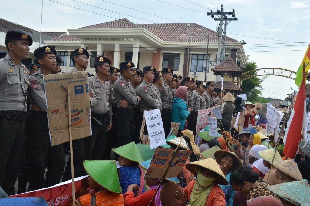 Pasukan polisi berbaris di antara pihak pro dan kotra dalam aksi pengawalan putusan pembangunan pabrik PT Semen Indonesia di depan PTUN Semarang, Kamis (16/4). (Nina/Manunggal)