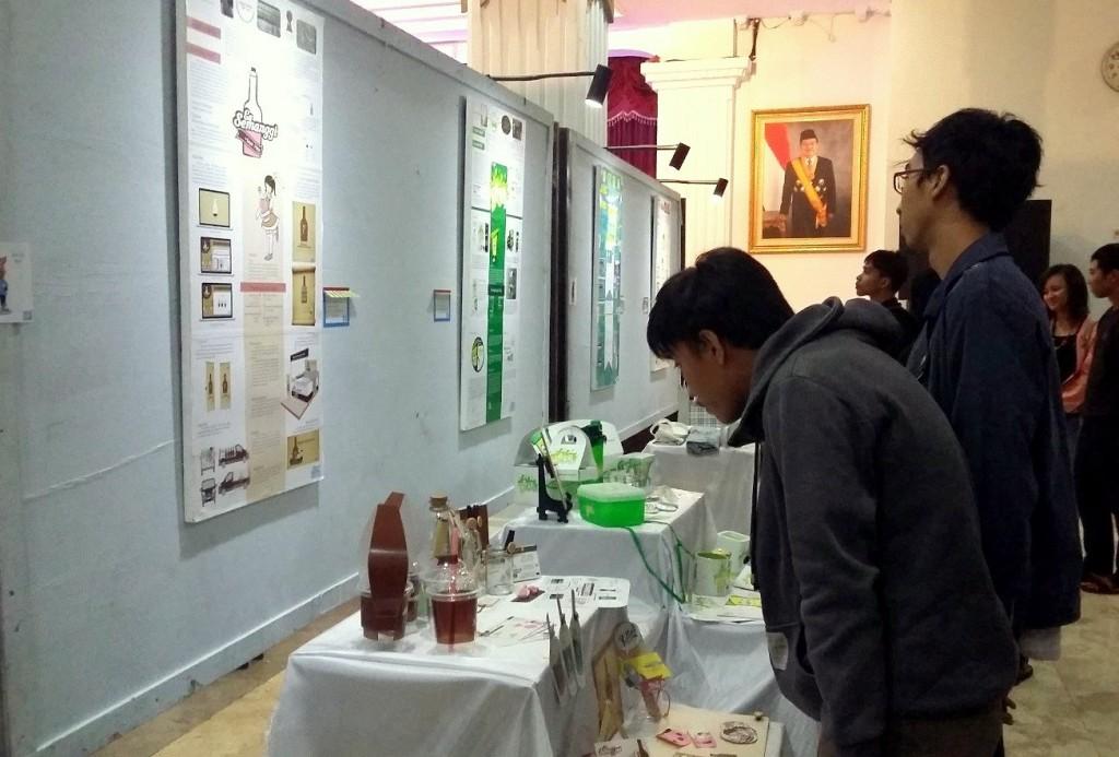 Pengunjung mengamati karya desain produk Usaha Mikro Kecil dan Menengah (UMKM) dalam Pasar Branding #2 di Wisma Perdamaian, Jumat (11/4). (Adi/Manunggal)