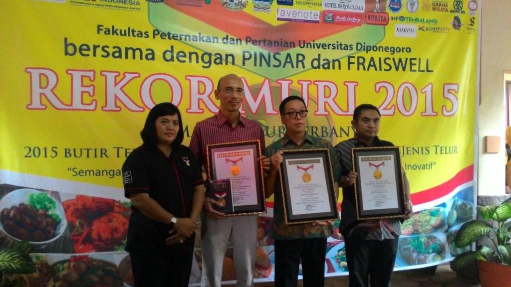 Dekan Fakultas Peternakan dan Pertanian (FPP) Undip  Prof. M Arifin,  menerima penghargaan Museum Rekor Dunia Indonesia (MURI) untuk memasak telur terbanyak, Jumat (17/4). (Kalista/Manunggal)
