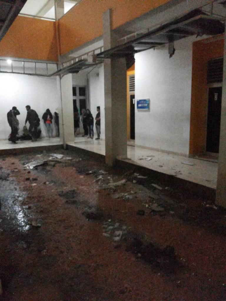 Runtuhan materil memenuhi serambi lantai satu Student Center akibat hujan deras, Rabu malam (27/5).  (Fajrin/Manunggal)