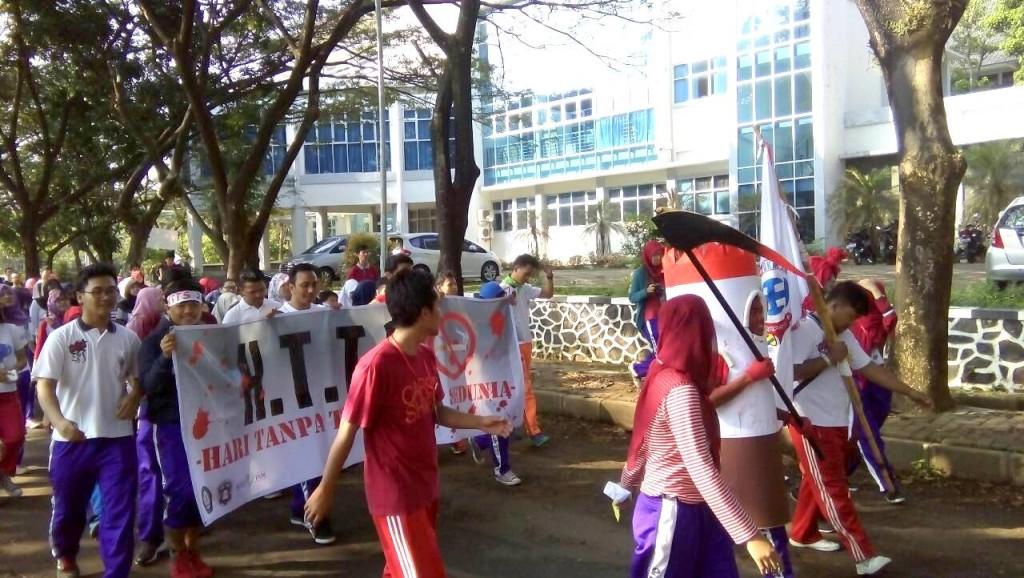 Para peserta HTTS melakukan long march dan orasi untuk menyuarakan kampanye Go Undip KTR, di sepanjang jalan depan Kampus FEB, Jumat (29/5). (Kiki/Manunggal)