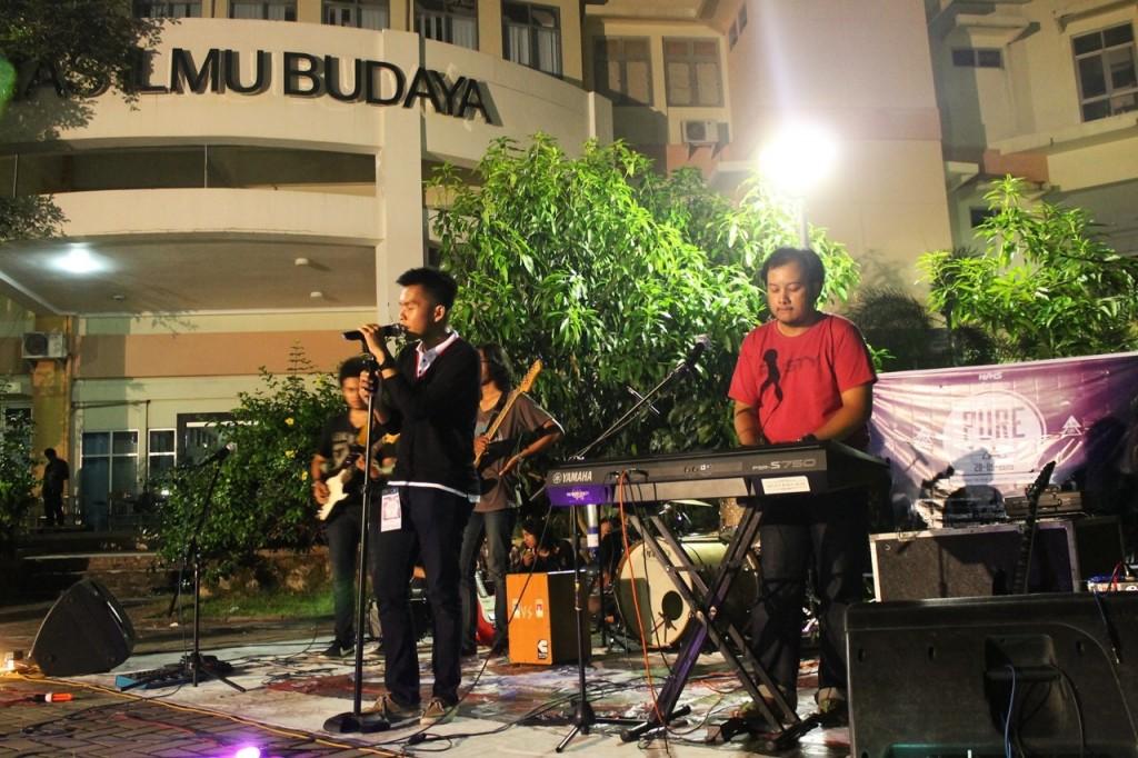 Penampilan salah satu band yang menyemarakan acara Pure, agenda rutin Wadah Musik Sastra (WMS) FIB pada Kamis (28/5) di Crop Circle FIB Undip. (Nina/Manunggal)