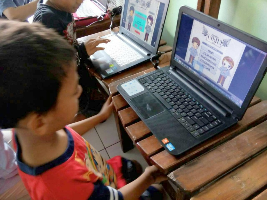Salah seorang anak jalanan memainkan game Pandawa yang digagas oleh Tim PKM-M untuk mendukung pendidikan karakter bagi anak jalanan di Kota Semarang. (Dok. Istimewa)