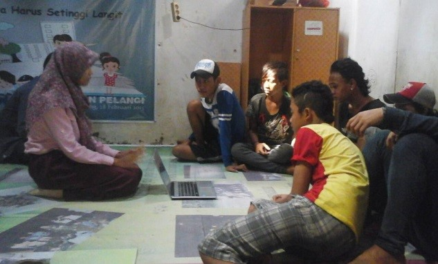 Pemberian materi service learning kepada remaja jalanan
