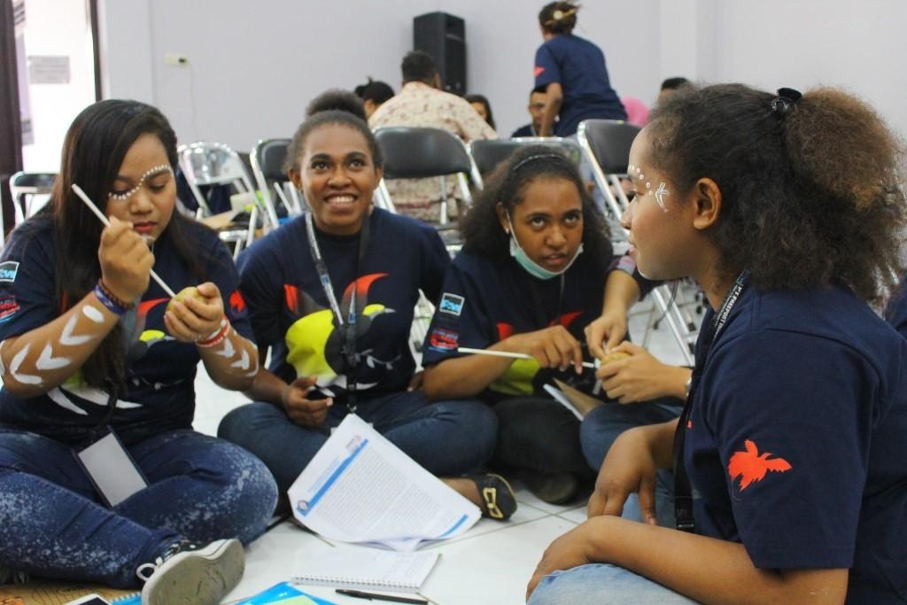 Mahasiswa Papua bermain games dalam sesi motivasi yang digelar Community of Papuan (COPA) Diponegoro University di Aula LPMI, Sabtu (27/6). (Irzal/Manunggal)