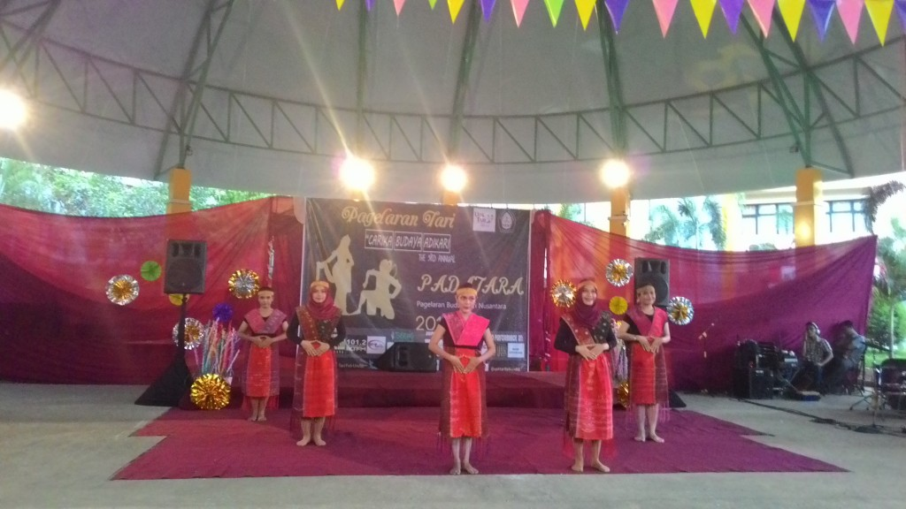 Penampilan Tari Tor-Tor dari Sumatera Utara oleh UPK Tari FEB dalam Padatara di Dome FEB, Senin (15/6). (Windi/Manunggal)