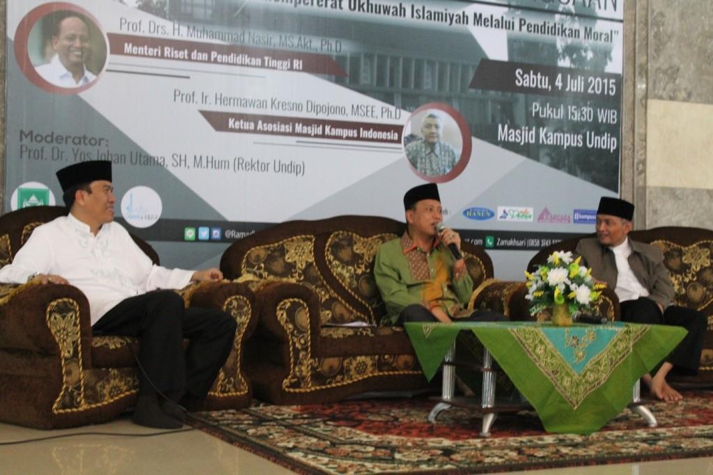 Menteri Riset, Teknologi, dan Pendidikan Tinggi Prof. Muhammad Nasir (tengah) menyampaikan materi ukhuwah islamiyah dalam Dialog Kebangsaan di Masjid Kampus Undip, Sabtu (4/7). (Dok. Istimewa)