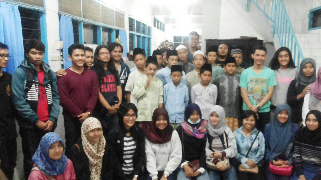 Mahasiswa Jurusan Sastra Inggris (Sasing) Undip  berfoto bersama anak-anak Panti Asuhan Muawanah Semarang seusai santap sahur bersama, Sabtu (4/7). (Dok. pribadi)