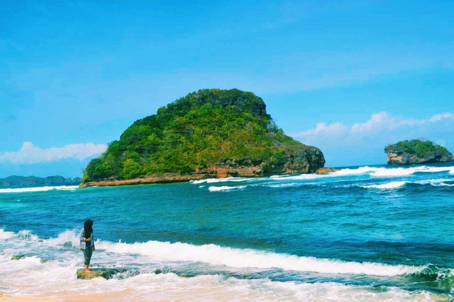 Pemandangan batu karang hijau raksasa menambah keindahan Pantai Goa China di Kabupaten Malang, Jawa Timur. (Nina/Manunggal)