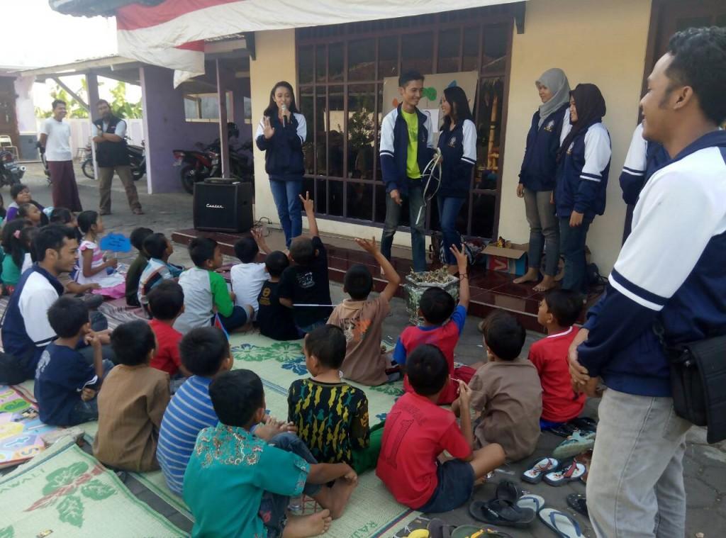 Anak-anak Desa Sidorekso berlomba-lomba menjawab pertanyaan dari Tim KKN Undip saat materi Public Speaking pada Senin (3/8) di Balai Desa Sidorekso. (Klaudia/Manunggal)