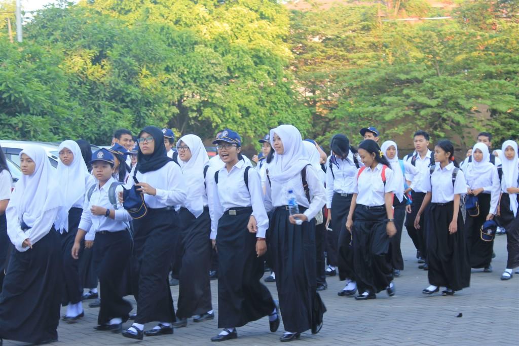 Mahasiswa baru mengenakan seragam dan peralatan yang telah ditentukan oleh panitia ODM 2015, pada Selasa (25/08) di Stadion Utama Kampus Undip Tembalang. (Nina/Manunggal)
