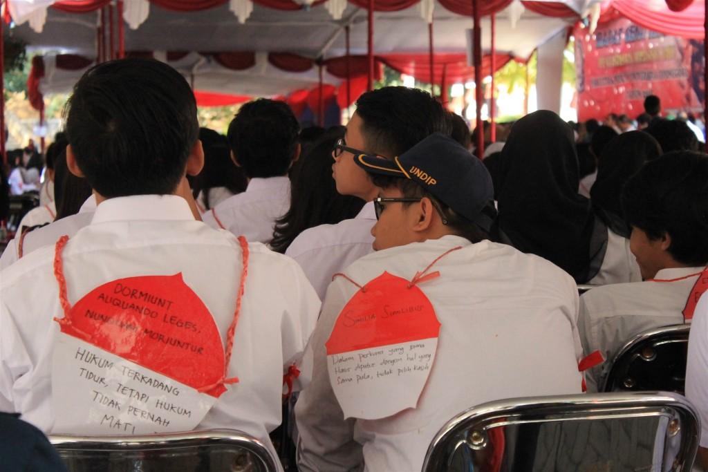 Suasana barisan belakang mahasiswa baru Fakultas Hukum ketika melaksanakan serangkaian acara PKKMB di halaman Fakultas Hukum Undip, Rabu (26/08). (Nina/Manunggal)