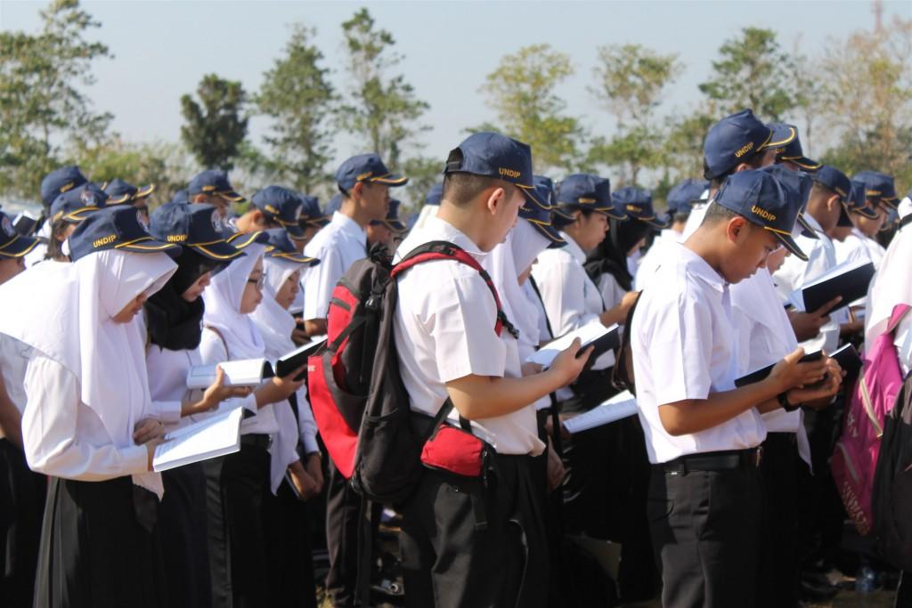 Mahasiswa baru Undip mengikuti upacara PPKKMB di Stadion Utama Kampus Undip Tembalang, Selasa (25/08). Namun, tahun ini mahasiswa baru tidak dihimbau untuk membawa bibit pohon seperti tahun sebelumnya. (Nina/Manunggal)