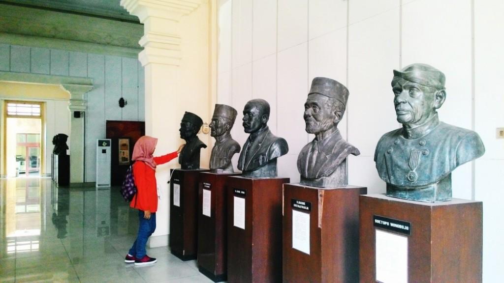 Pahatan kepala tokoh-tokoh penting dalam sejarah pers yang dipajang di serambi utama Monumen Pers Nasional. (Nina/Manunggal)
