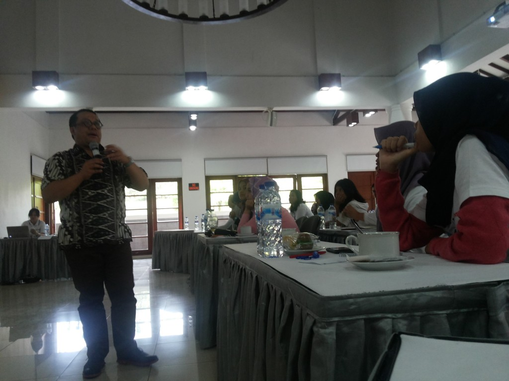 Deputi Direktur Bank Indonesia (BI) Departemen Komunikasi Divisi Media Massa, Andi Wiyana memberikan materi mengenai After Sale Service kepada peserta Gensindo di Aula Wisma Indofood, Jumat (14/8). (Fajrin/Manunggal)