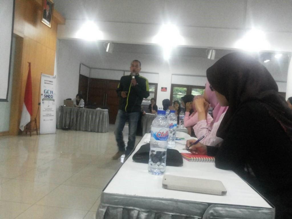 Wakil Pemimpin Redaksi Koran Sindo Djaka Susila menyampaikan materi mengenai Mapping Issue dalam Gensindo Journalism Camp, di Wisma Indofood, Kamis (13/8). (Fajrin/Manunggal)
