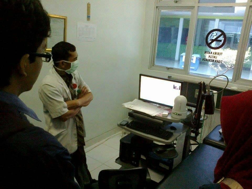 Tim berkonsultasi dengan dokter syaraf dari RSUP Dr. Kariadi terkait sistem EEG.