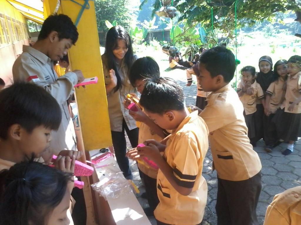 Tim Efil berkreasi bersama para siswa SD Pasigitan 01 Kecamatan Kendal. (Dok. Pribadi)