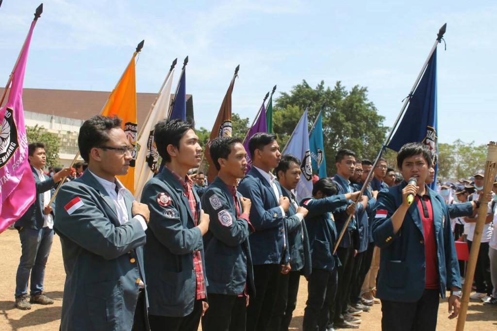 Jajaran ketua BEM fakultas dan BEM KM Undip serentak mengikuti Orientasi Diponegoro Muda (ODM) di Stadion Utama Kampus Undip, Senin (31/08). (Nina/Manunggal)