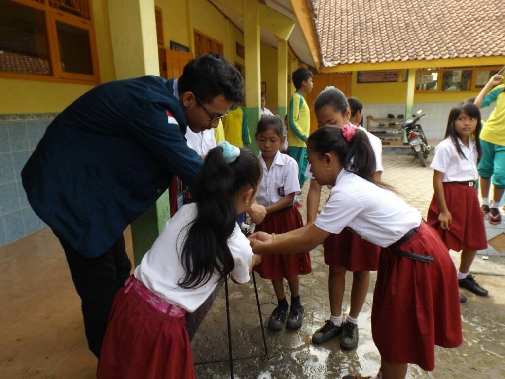 Para Diponegoro Muda melakukan sosialiasasi cara hidup bersih dan sehat kepada anak-anak di SDN 01 Panikel, Sabtu (04/08) (Dok. Pribadi)