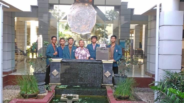 Tim PKM-KC foto bersama dosen pembimbing saat Monev.Dikti (Dok. Pribadi)