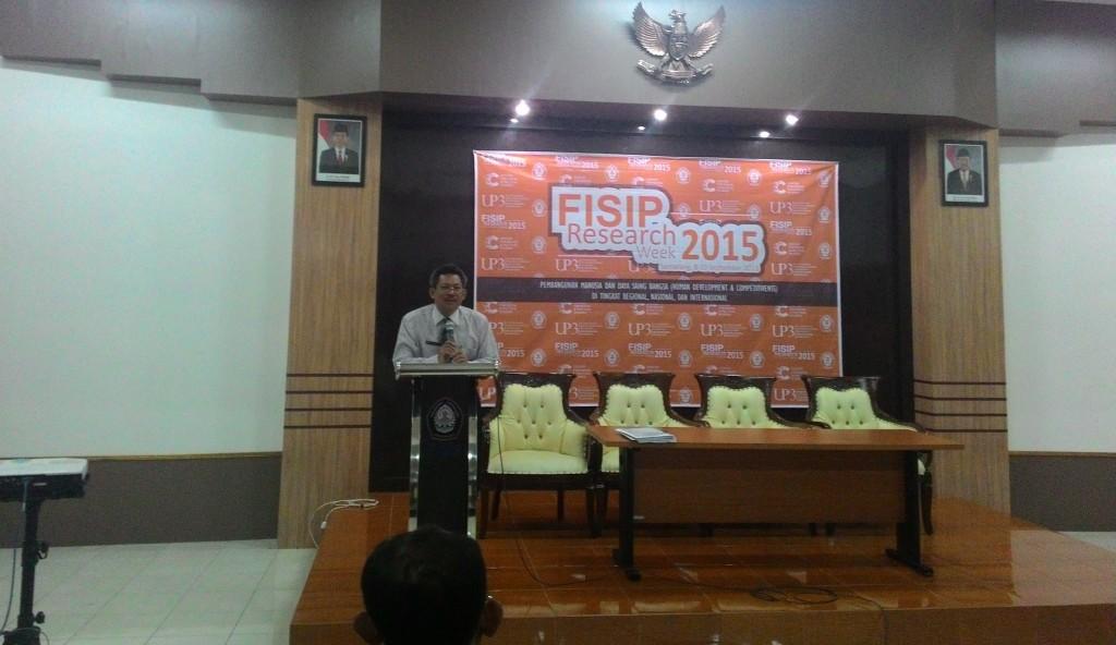 PR I Undip, Prof Muhammad Zaenuri memberikan sambutan dalam pembukaan FISIP Research Week 2015 di Ruang Teater FISIP Undip, Selasa (8/9). (Windi/Manunggal)