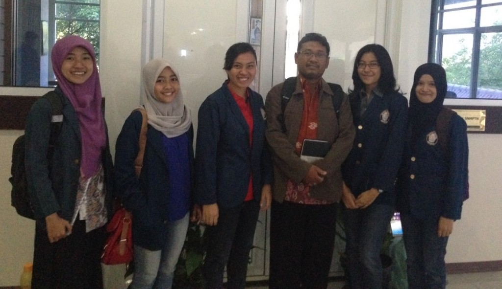 Tim PKM-K Segambrang, Sehat dengan Teh Kecombrang, berfoto bersama dosen pembimbing. (Dok. Pribadi)