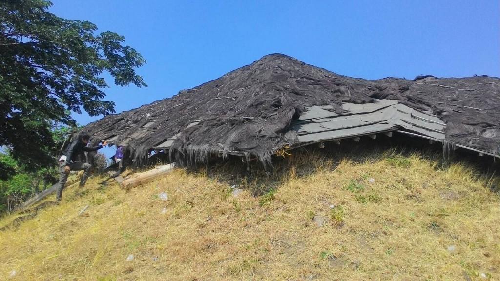 Terlalu rapuh, gazebo rubuh memakan korban di lapangan tembak Universitas Diponegoro, Selasa (13/10) (Nina/Manunggal)