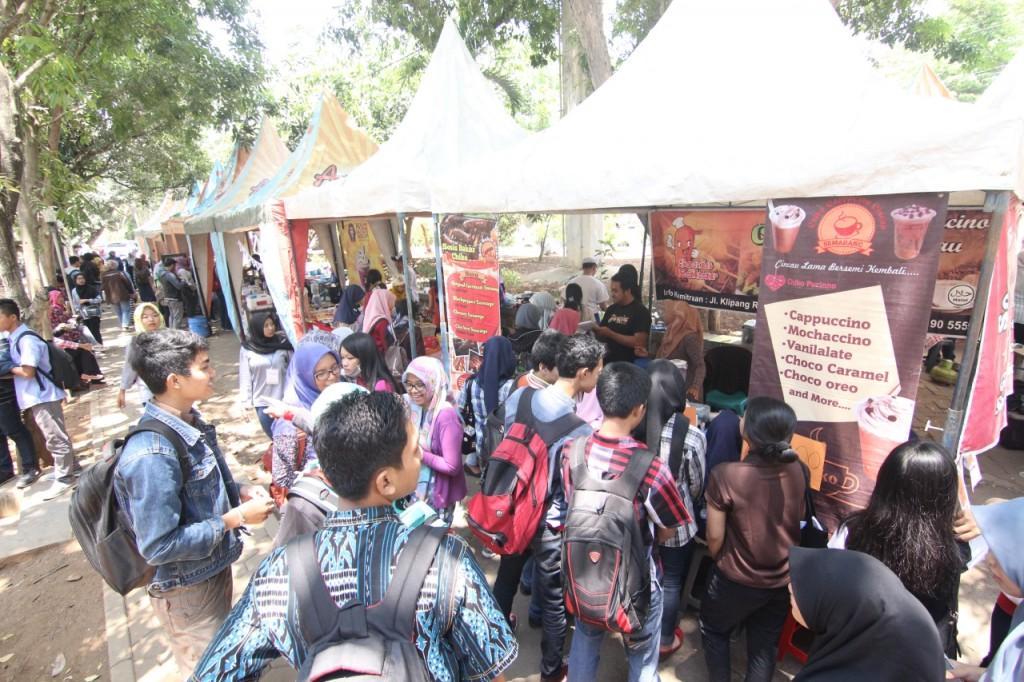 Pengunjung memadati salah satu stand di festival agriculture. (Dok. Pribadi)