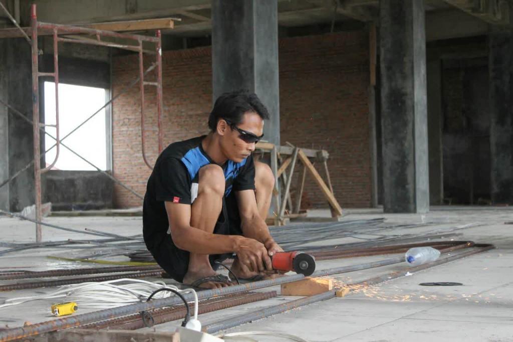 Lima tahun terbengkalai, gedung Dekanat Teknik kembali dibangun, Senin (14/09) di Undip, Tembalang. (Nina/Manunggal)