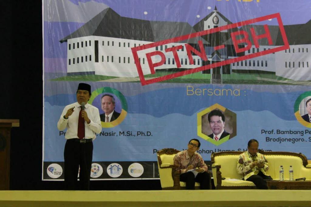 Rektor Undip, Prof Yos Johan Utama memberikan pernyataan mengenai PTN-BH, Kamis (28/05) di Gedung SOedarto. Persiapan Undip menyambut PTN-BH kini sudah sampai pada tahap pembentukan senat akademik. (Nina/Manunggal)