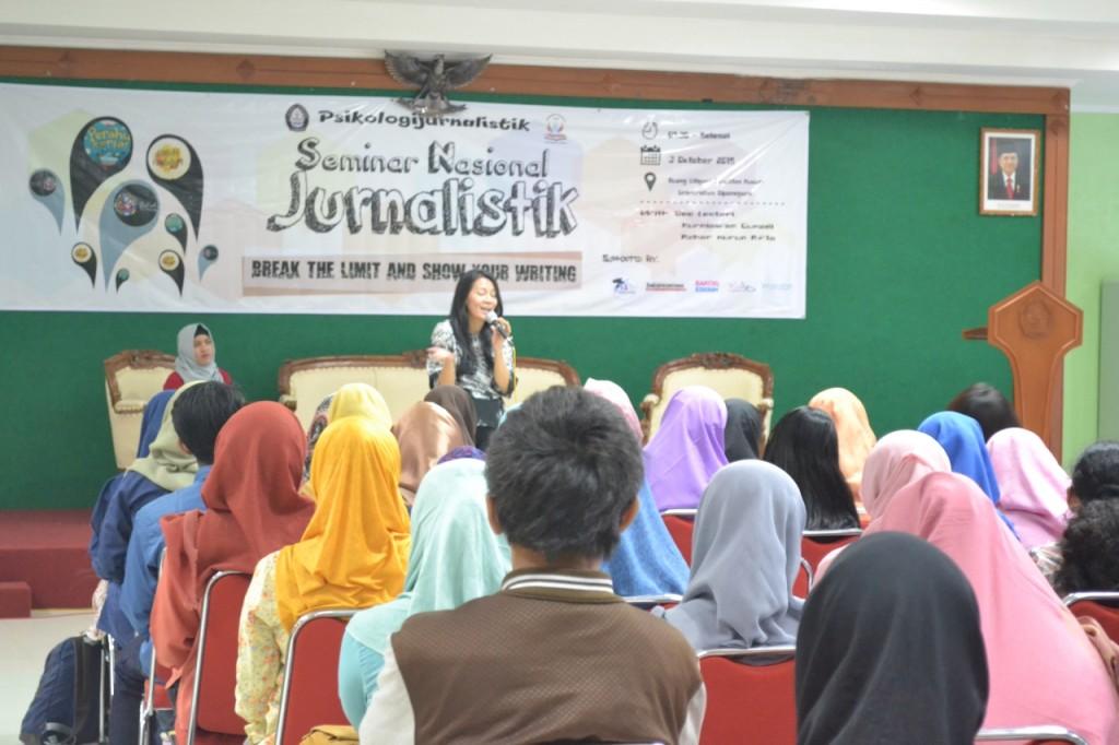 Peserta mendengarkan penjelasan Dewi Lestari tentang menulis novel dalam Semnas Jurnalistik di Gedung Litigasi FH Undip, Sabtu (3/10). (Dok. Pribadi)