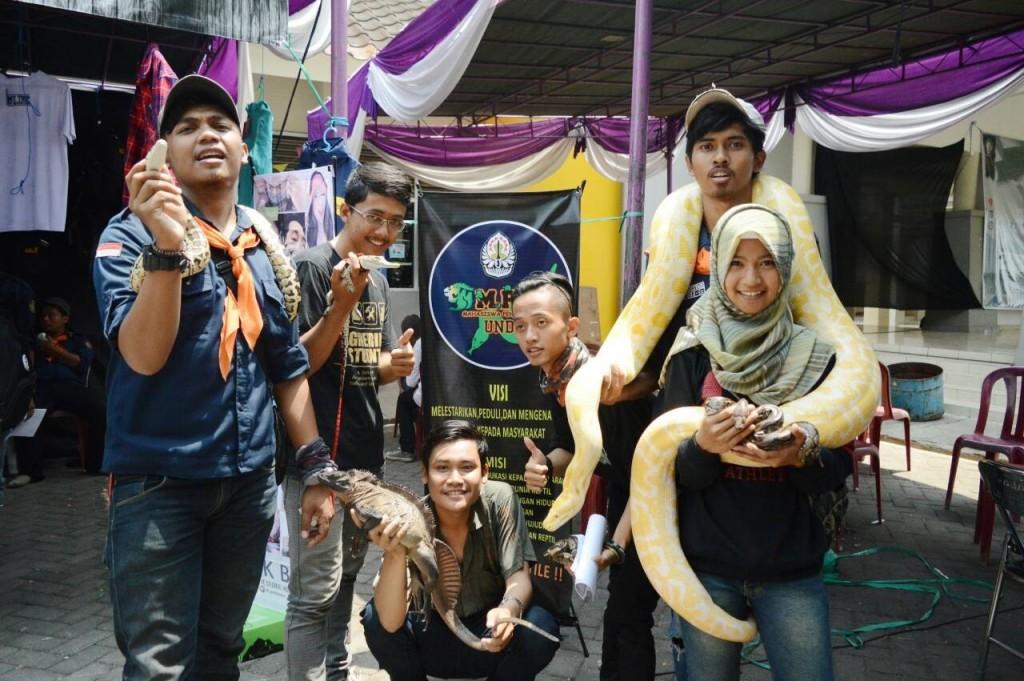 Komunitas Mahasiswa Pecinta Reptil (MPR) berfoto bersama di UKM Expo, Senin (12/9). (Nina/Manunggal)