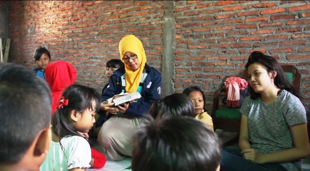 Salah satu suasana mengajar dalam program dynamic learning, kepada anak-anak jalanan. (Dok. Pribadi)
