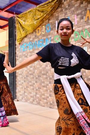 Penari dari UKM Kesenian Jawa membawakan Tari Semarangan dalam acara Ojo Lali Aku di FISIP, Rabu (30/9). (Dok. Istimewa)