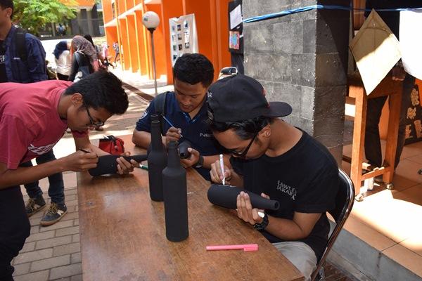 Komunitas Typography Semarang memamerkan kemampuan mereka dalam acara Sak Coret Sak Jepret, Rabu (30/9). (Dok. Istimewa)