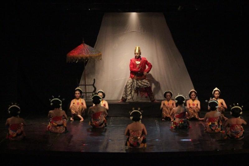 Adegan kedua Dredahing Mataram menunjukkan Pakubumi II yang diperankan oleh Danang Teguh Mardwianto dikelilingi oleh 12 penari, di Gedung Ki Narto Sabdo, TBRS, Jumat (13/11).  (Haqqi/Manunggal)