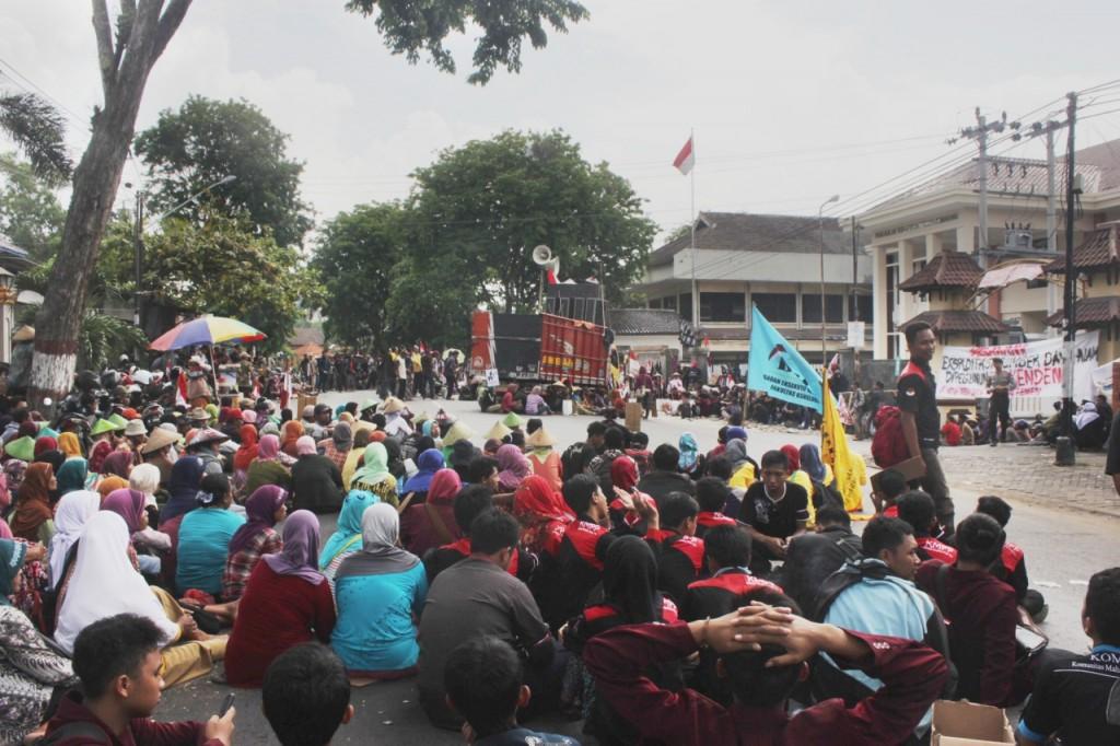 Suasana aksi dari warga kendeng menentang pembangunan pabrik semen di Pegunungan Kendeng, Selasa (17/11) di PTUN Semarang. (Haqqi/Manunggal)