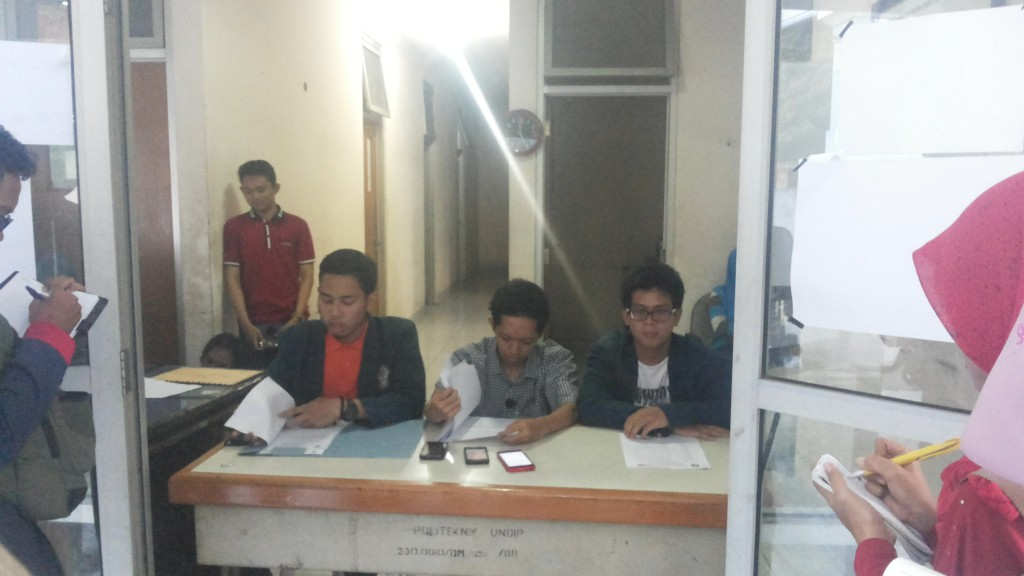 Ketua Panitia Pengawas (Panwas) menjelaskan adanya pengaduan yang diajukan oleh salah satu Tim Sukses, Jumat (20/11). (Astrid/Manunggal)
