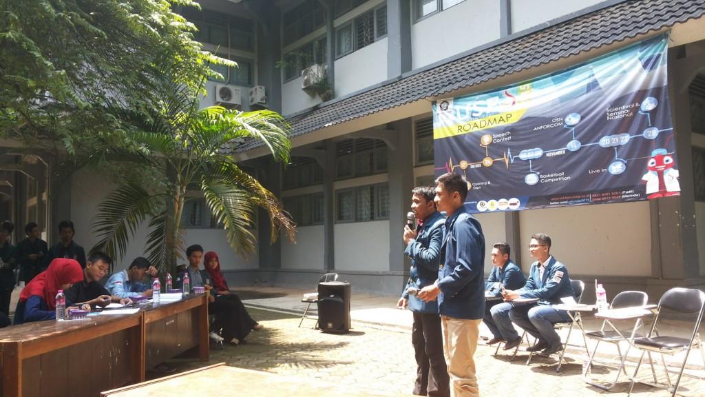 Salah satu pasangan calon Ketua dan Wakil Ketua BEM memaparkan visi misi di Fakultas Sains dan Matematika,Senin (30/11)