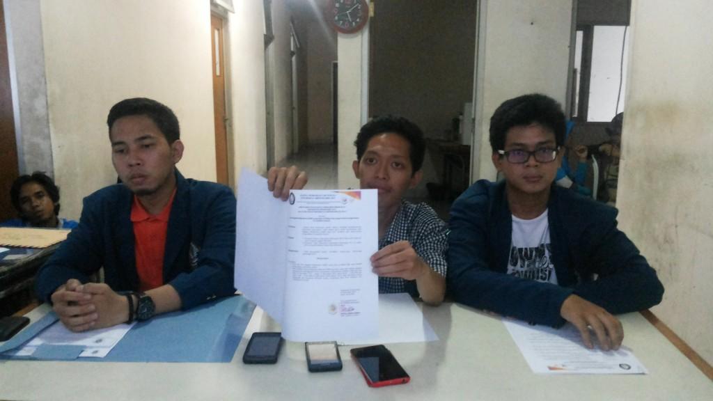Ketua Panlih, Wildan Abdul Jabbar menunjukkan salah satu SK terkait hasil verifikasi berkas yang dilakukan sehari sebelumnya di sekretarian Panlih, Jumat (21/11).