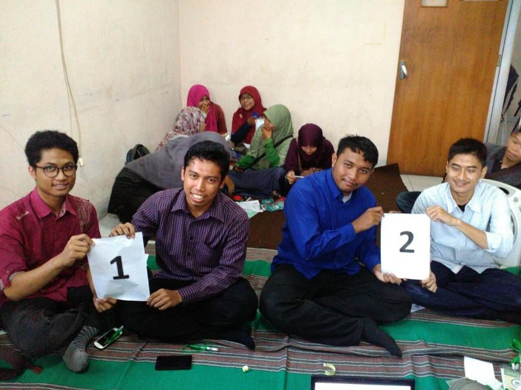 Kedua calon menunjukan nomor urut sesuai undian, dalam technical meeting di Sekre Panlih, Sabtu (28/11). (Dok. Istimewa)