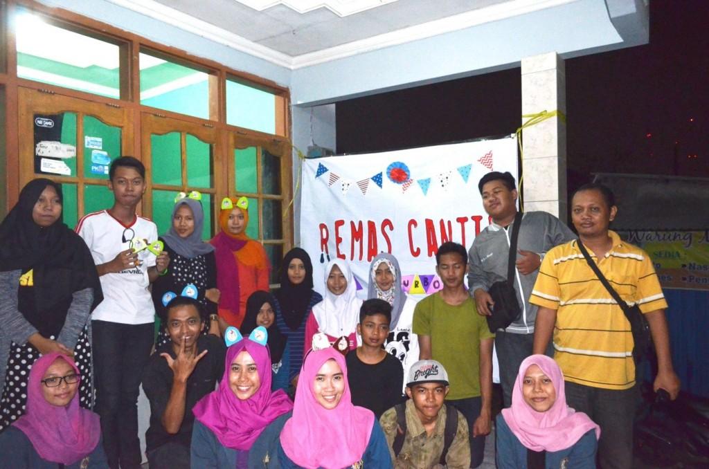 Foto Bersama Mahasiswa Tim PBL Sumurboto FKM Undip dengan Karang Taruna Kelurahan Sumurboto di Basecamp Karang Taruna Sumurboto, Sabtu (21/11). (Dok. Pribadi)