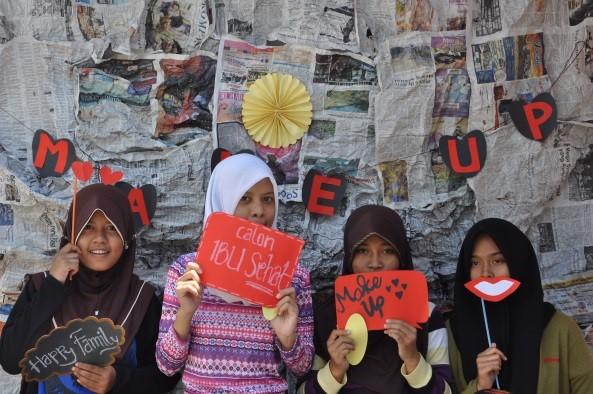 Peserta berfoto di stand photobooth yang disediakan Tim PBL 13. Stand photobooth ini dibuat untuk menarik perhatian para remaja yang gemar menguggah segala sesuatu ke media sosial (Dok. Pribadi).